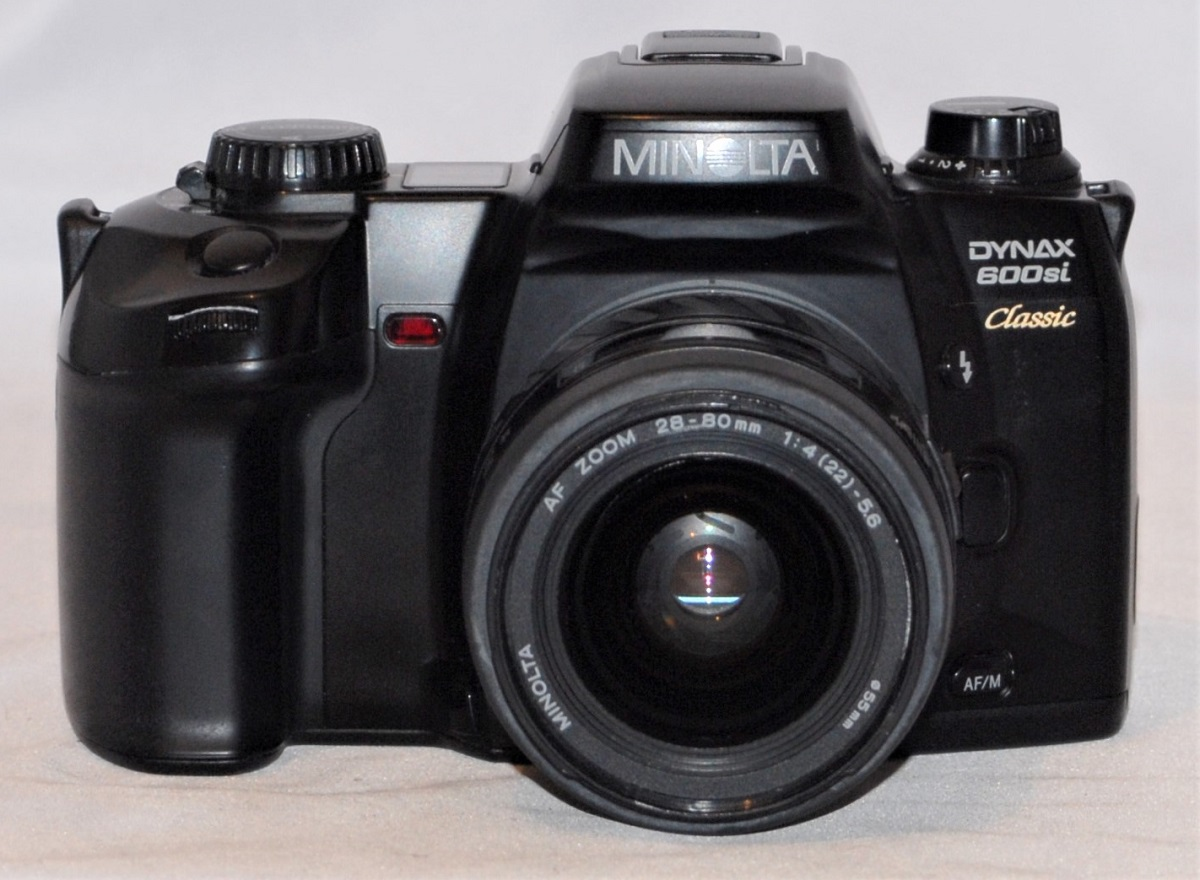 Minolta Dynax 600 Si Classic + 28-80mm f4-f5.6. Includes Minolta Veritcal Control Grip VC507/600. Excellent condition.
